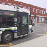 Un autobus circule au centre-ville de Trois-Rivières.