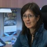 Linda Cardinal répond aux questions d'une journaliste dans son bureau.