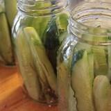 Les cornichons frais sont déposés dans des bocaux en verre ouverts