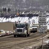 Des camions sur le site de construction du barrage site C près de Fort St John.