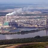 دخان يتصاعد من منشآت لاستخراج النفط من الرمال الزفتية في شمال ألبرتا.