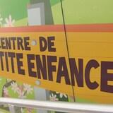 Murale colorée où il est inscrit: Centre de Petite Enfance.
