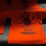 Des chandails orange sur lesquels on peut lire «Every child Matters 215».