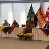 Des membres du comité consultatif des Premières Nations sont regroupés lors du lancement du rapport.