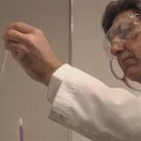 Le Dr Norman Barwin fait des tests de laboratoire à son ancienne clinique de fertilité.