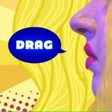 À l'extrémité droite de l'image c'est une photo de profil d'une drag-queen aux cheveux blonds. À partir de cette photo, c'est une image de type pop-art avec le mot DRAG dans une bulle de dialogue.