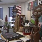 Une élève peint seule dans une classe d'arts plastiques à l'École Sainte-Marguerite-Bourgeoys à Calgary.
