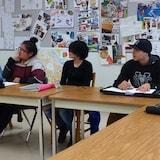 Des jeunes Autochtones dans une salle de classe.