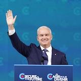زعيم حزب المحافظين إرين أوتول رافعاً يده في تحية لمناصريه عقب صدور نتائج الانتخابات.