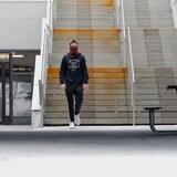 Un étudiant seul sur le campus.