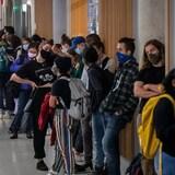 Los estudiantes esperan en la cola para emitir su voto en la Universidad de Columbia Británica.
