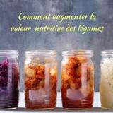 Quatre pots en verre remplis de légumes ferments différents.
