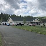 Des gens et des véhicules devant un foyer de soins.