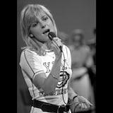 La jeune femme chante.