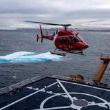 Un hélicoptère survole les eaux de l'Arctique