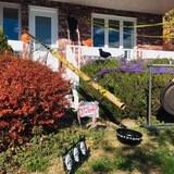 Une maison décorée pour Halloween, où l'on voit un tube en carton de plusieurs mètres.