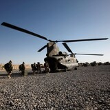 Soldados canadienses se preparan para abandonar la base de Zangabad, Afganistán, en un helicóptero del ejército canadiense, 18 de junio de 2011.