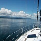 photo prise depuis un voilier avec vue sur l'ile Gabriola et l'Île de Vancouver