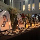 Los retratos de las víctimas de la catástrofe aérea en una mesa con velas.