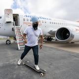 2021年9月17日:新民主党领袖贾格米特·辛格(Jagmeet Singh)在哈利法克斯机场停机坪上踩滑板。