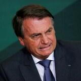 Jair Bolsonaro affiche un air contrarié.