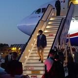 特鲁多抵达比利时,走下飞机,参加北约峰会