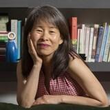 L'auteure Kim Thúy dans sa résidence de Longueuil, devant des tablettes de livres, le 11 juin 2019.