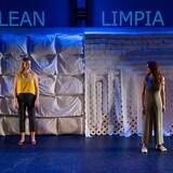 En la fotografía, las dos actrices principales de la obra Limpia en una escenografía de Shizuka Kai, iluminación de Sophie Tang y diseño de proyecciones y títulos de Trevor Schwellnus y Candelario Andrade. Esta obra en su versión sonora es una producción de Aluna Theatre y de Neworld Theatre.