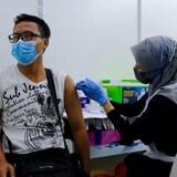 经合组织警告说,富裕国家若不帮助贫困国家接种疫苗,对全球经济不利。