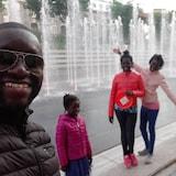 Mamadou Hane et sa famille devant une fontaine à Québec.