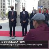 Performance de tambour par le groupe Ottawa River Singers avant l'installation de la nouvelle gouverneure générale du Canada (la troisième debout à partir de la gauche).