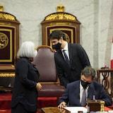 ماري سايمون تتحدّث إلى رئيس الحكومة جوستان ترودو وفي الأمام رئيس محكمة كندا العليا ريشار فاغنير.