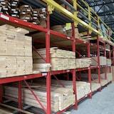建材店里的木材。