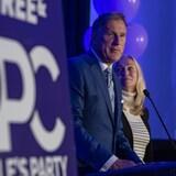 زعيم حزب الشعب في كندا ماكسيم برنييه مخاطباً مناصريه في ساسكاتون في الأمسية الانتخابية يوم الاثنين وتبدو وزوجته كاترين لوتارت واقفة بجانبه.