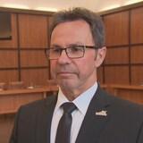 Michel Angers dans la salle du conseil municipal, le 9 avril 2019