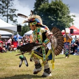 Un membre de la Nation Squamish danse lors du Pow Wow à West Vancouver.