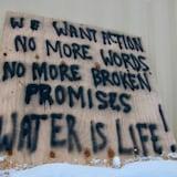 Un cartel de protestas en la comunidad indígena de Neskantaga, en Ontario.