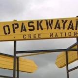 Un paneau peint en jaune sur lequel il est écrit Opaskwawak Cree Nation