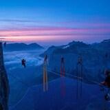 des personnes faisant des acrobaties sur des montagnes.