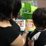 Une mère fait la lecture à sa fille