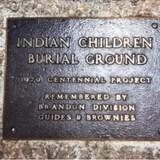 一个原住民寄宿学校墓地遗址。