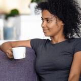 Deux personnes discutent sur un canapé.