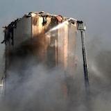عناصر إطفاء يعملون على إخماد حريق  اندلع  بعد الانفجار الذي هزّ مرفأ بيروت.