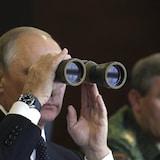 El presidente ruso Vladimir Putin observa con binoculares unos ejercicios militares.