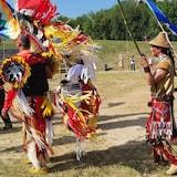 Indígenas canadienses con sus trajes tradicionales.