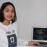 Según la joven Arya Peruma, en la foto, aprender a hacer programación informática es esencial para cualquier persona que se dirija a una carrera de ciencia, tecnología, ingeniería o matemáticas. Todos deben tener acceso, a partir de los 7 años. Por eso creó sus seminarios gratuitos en internet.