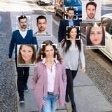 Una cámara reconoce las caras de los transeúntes en la calle.