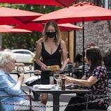 加拿大各地逐渐重启。图为安大略省一间室外餐馆。