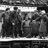 """大會。1993年的一天,賴小剛去妻子的單位看她,和她的一個家住北京崇文區的同事閑聊起來。他能分辨北京各區的不同口音,很快聽出這個女孩的口音和正宗崇文區口音有區別。一問之下,果然她家是在祖父那一代從延慶搬進城里的。歷史專業出身的賴小剛算算年代,推測她的祖父可能是逃亡地主。被猜中家史的女孩很吃驚。她告訴賴小剛,爺爺確實是逃出來的,而留在密云的家人全部被""""砸死了""""。"""