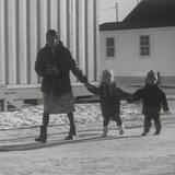 Una madre inuit y sus dos niños.